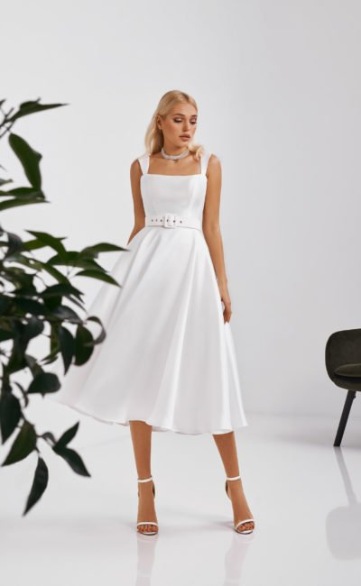 Короткое белое платье с поясом