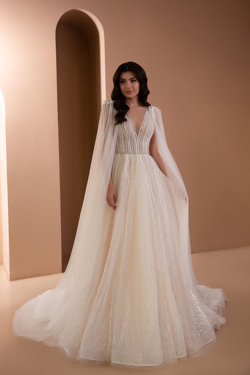 Свадебное платье с длинным кейпом