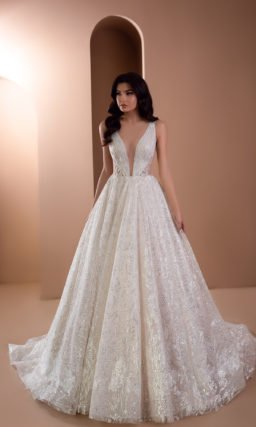 Пышное платье с глубоким вырезом