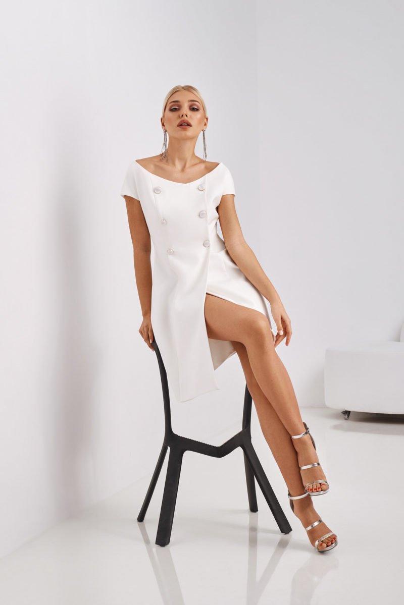 Необычное свадебное платье с пуговицами