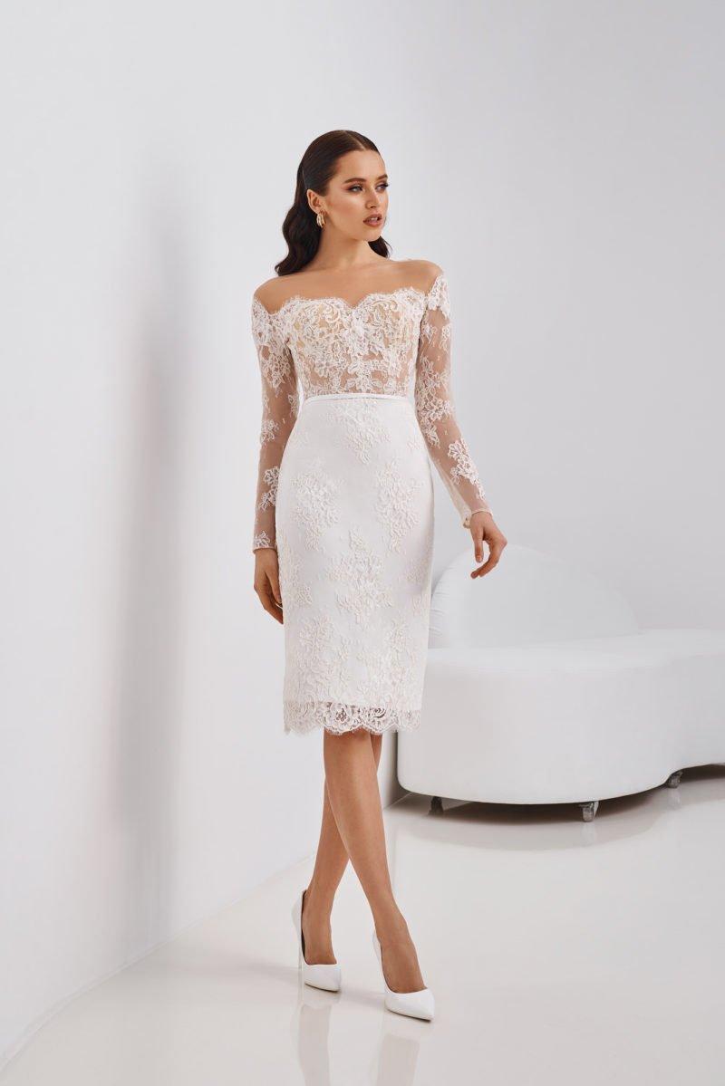 Короткое молодежное платье-футляр
