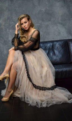 Вечернее платье с пышной юбкой и рукавами