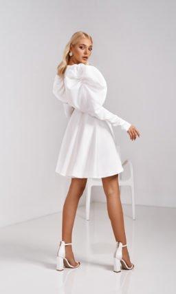 Короткое белое платье с широким рукавом