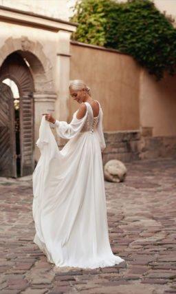 Прямое свадебное платье с дизайнерским рукавом