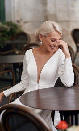 Простое белое платье с разрезом