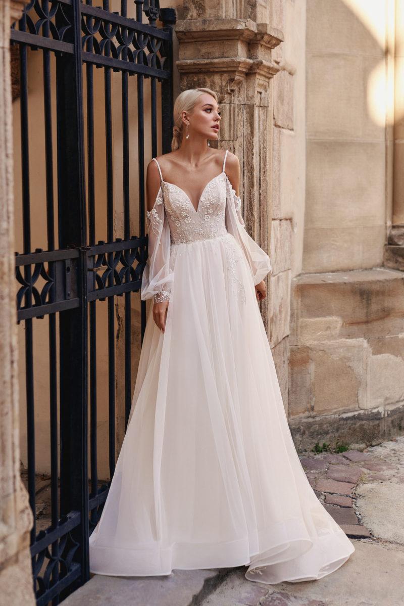 Свадебное платье с пышными прозрачными рукавами