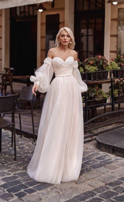 Свадебное платье с пышными рукавами из фатина