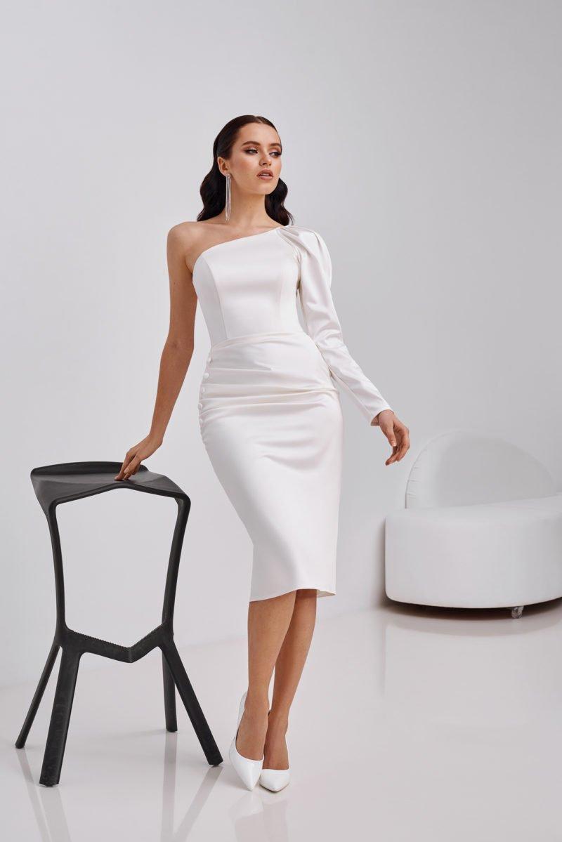 Короткое белое платье с одним рукавом