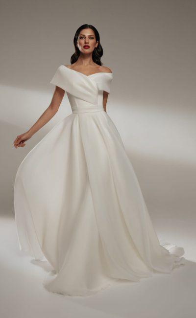 Лаконичное свадебное платье А-силуэта из атласа