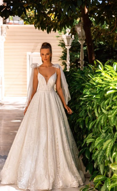 Пышное свадебное платье с кейпом