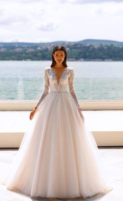 Пышное свадебное платье с декором перьями
