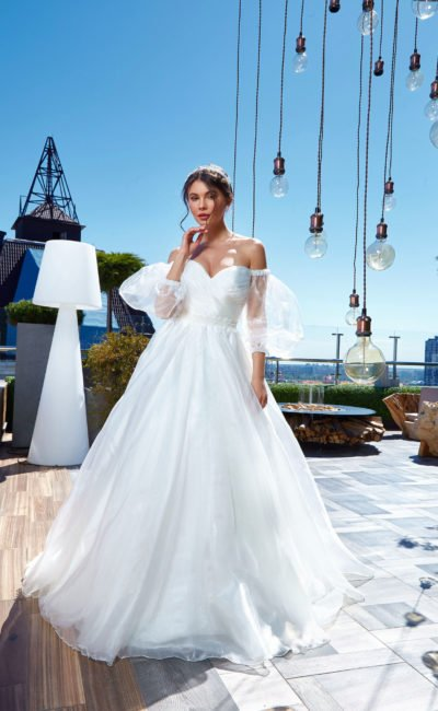 Пышное платье со съемным рукавом
