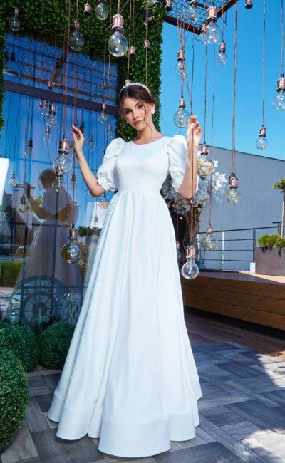 Закрытое платье с коротким рукавом