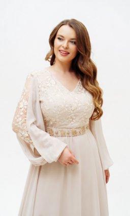 Бежевое светлое платье с рукавом