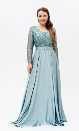 Голубое длинное платье с карманами
