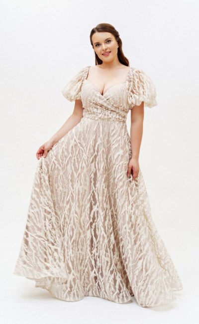 Бежевое платье с небольшими рукавами