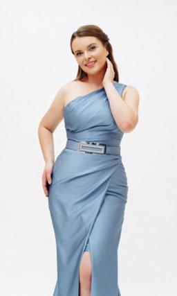 Голубое блестящее платье с поясом