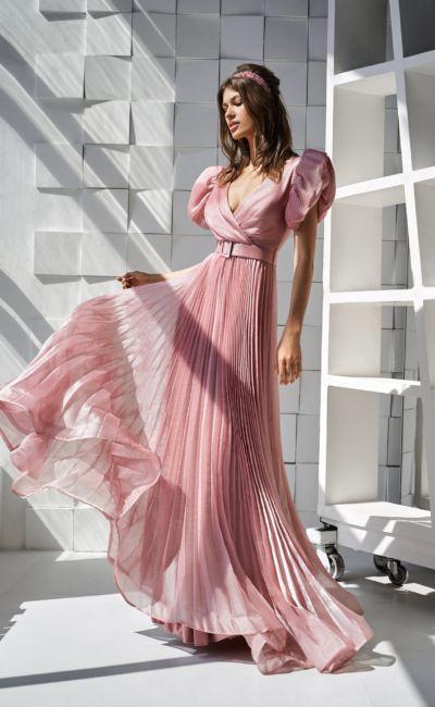 Розовое платье с широким поясом