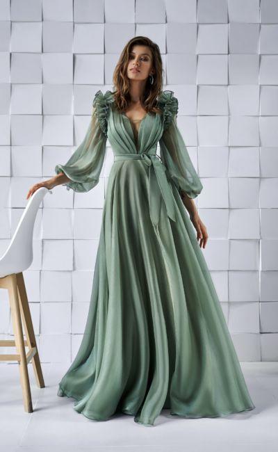 Светло-зеленое платье с длинным объемным рукавом