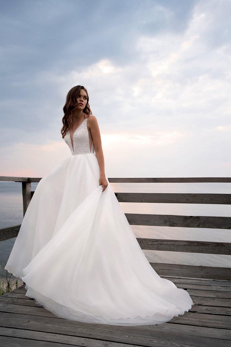 Красивое платье с глубоким вырезом