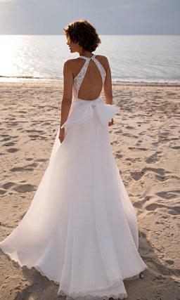 Свадебное платье глубоким вырезом
